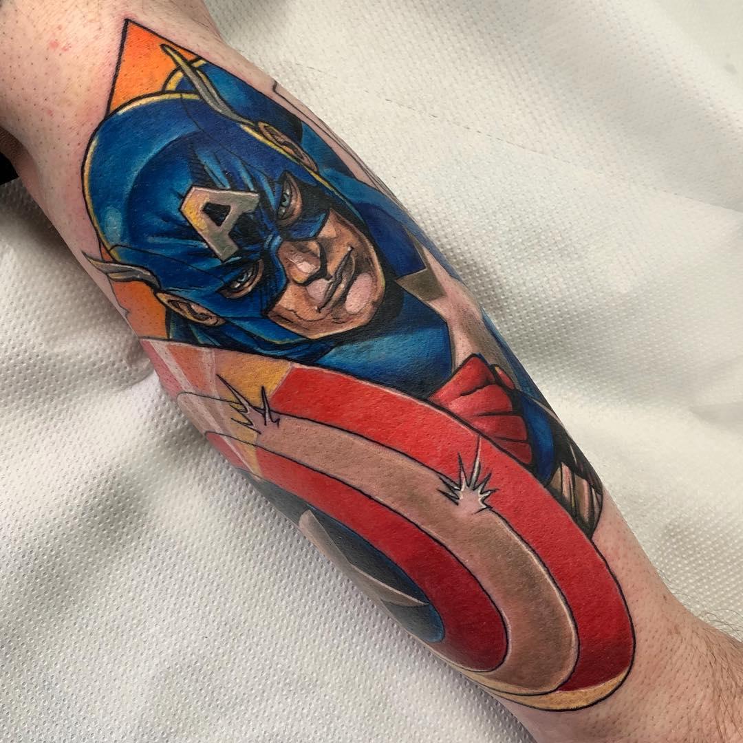 Капитан Америка Прячется за Щитом