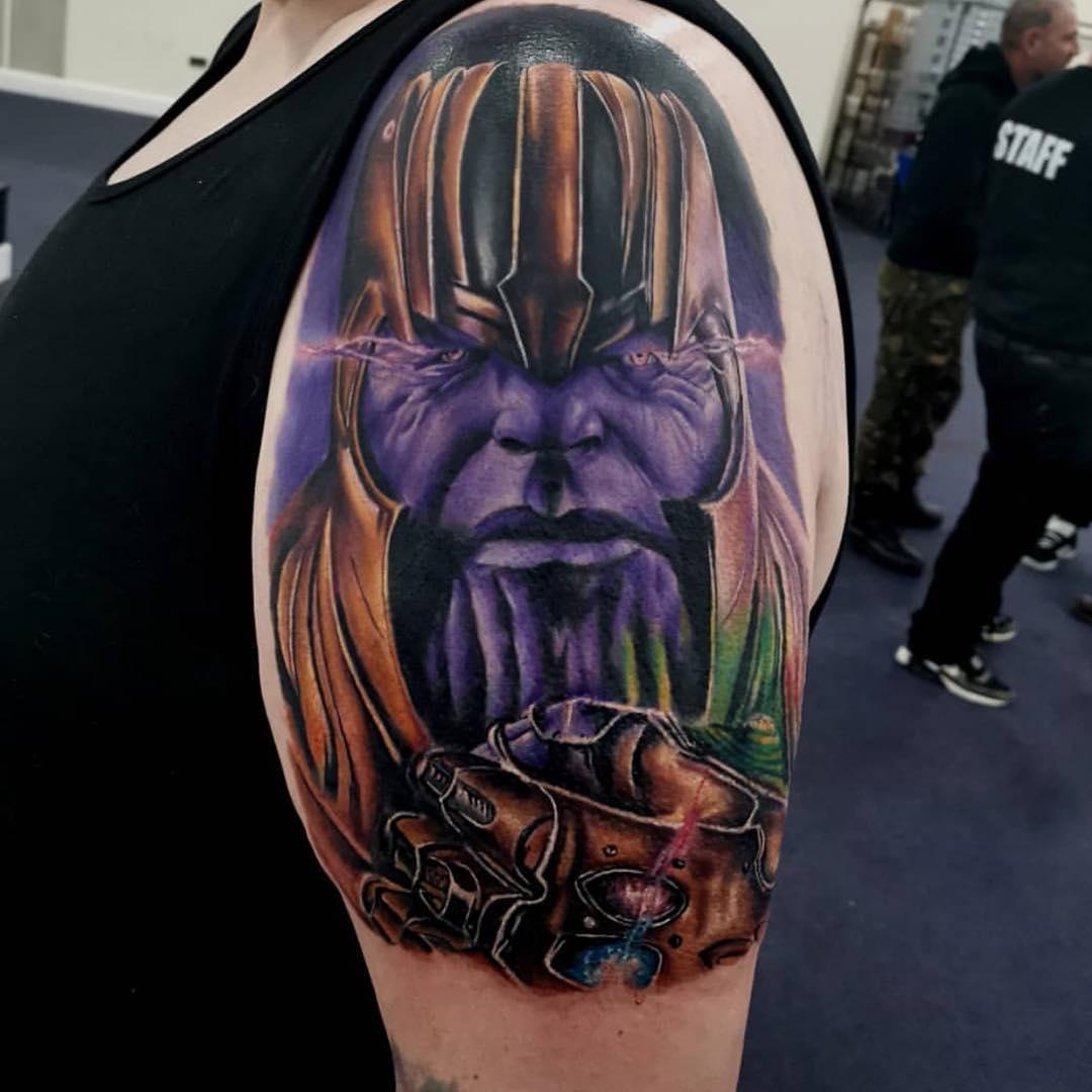 Злодей Танос с Перчаткой
