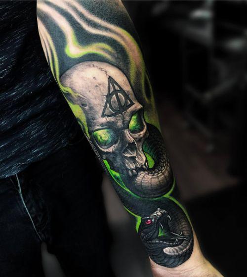 Зеленый Череп с Символом на Лбу