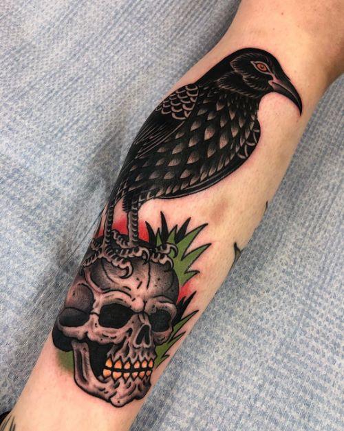 Татуировка Черепа с Вороной на Руке