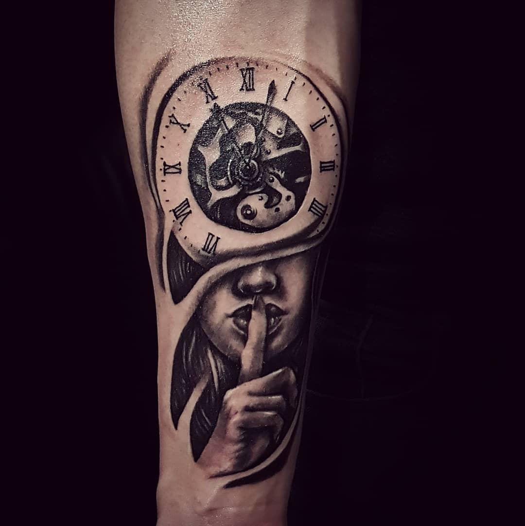 Татуировка Девушка и Часы