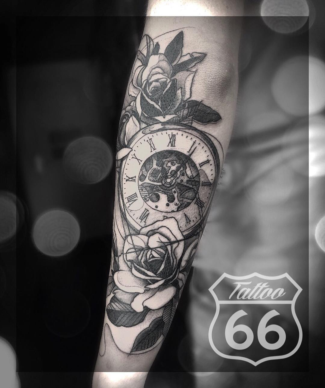 Татуировка Часов в Цветах на Предплечье