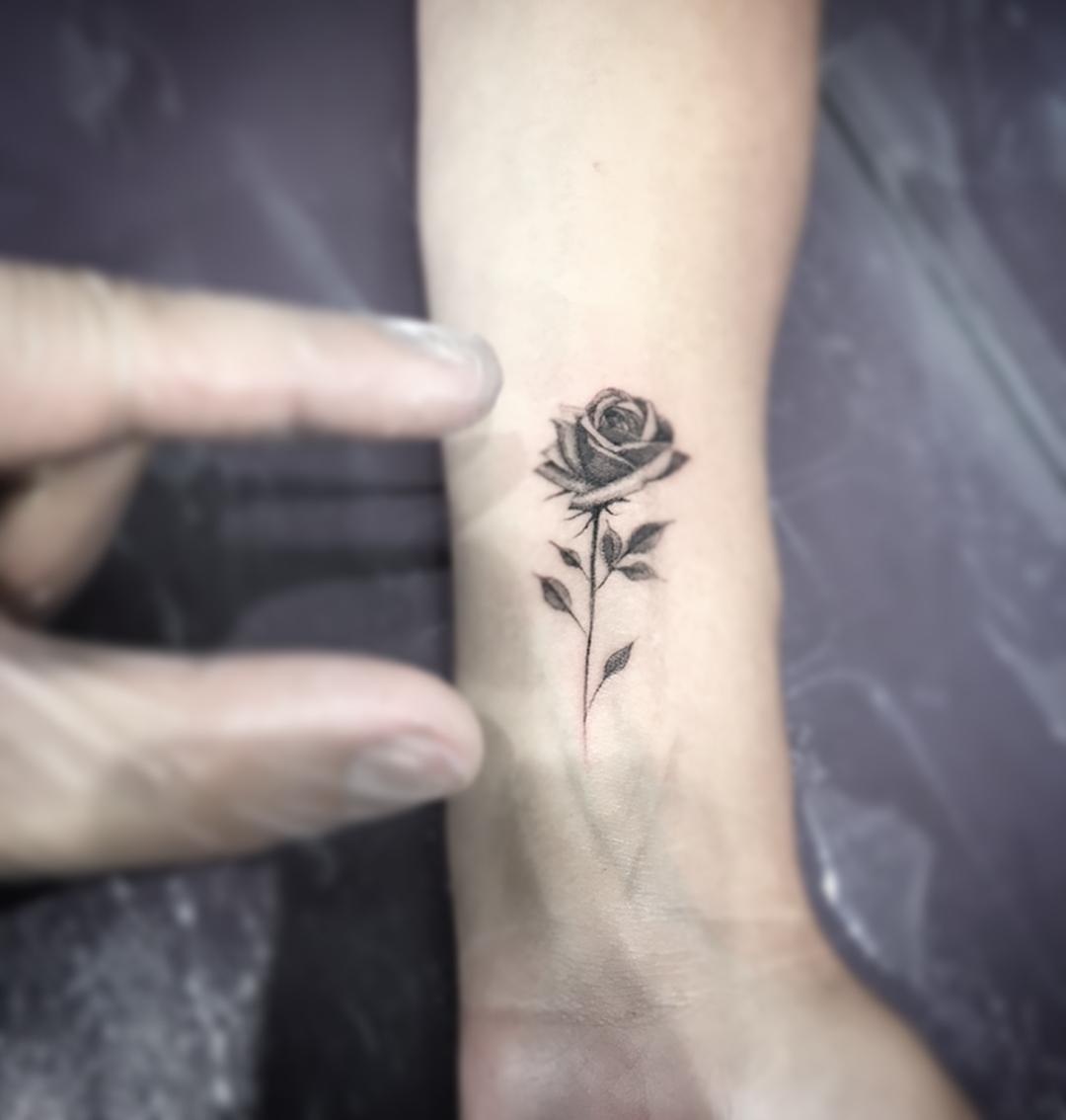 Маленькая Черно-Белая Роза на Запястье