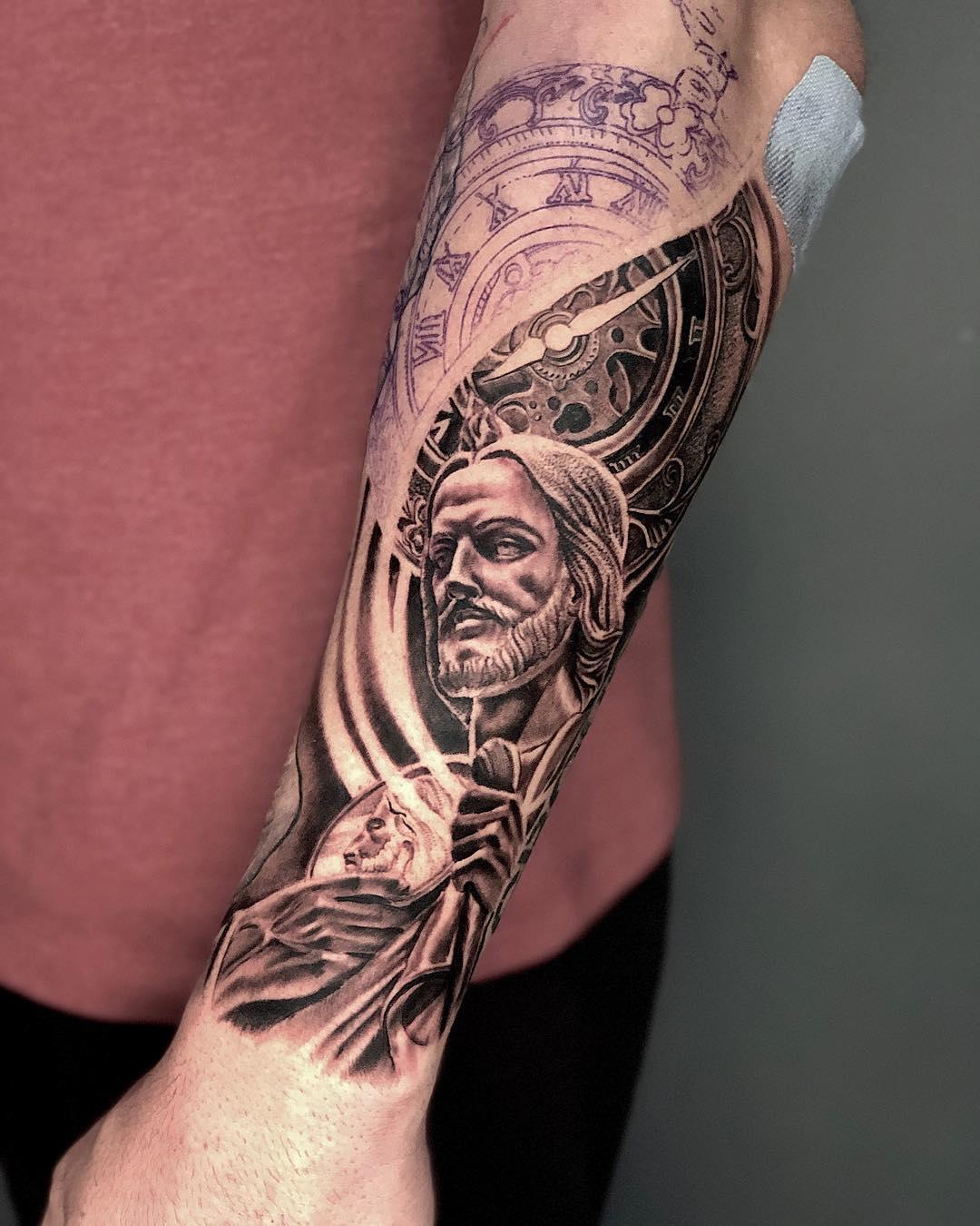 Тату Статуи и Часов на Руке