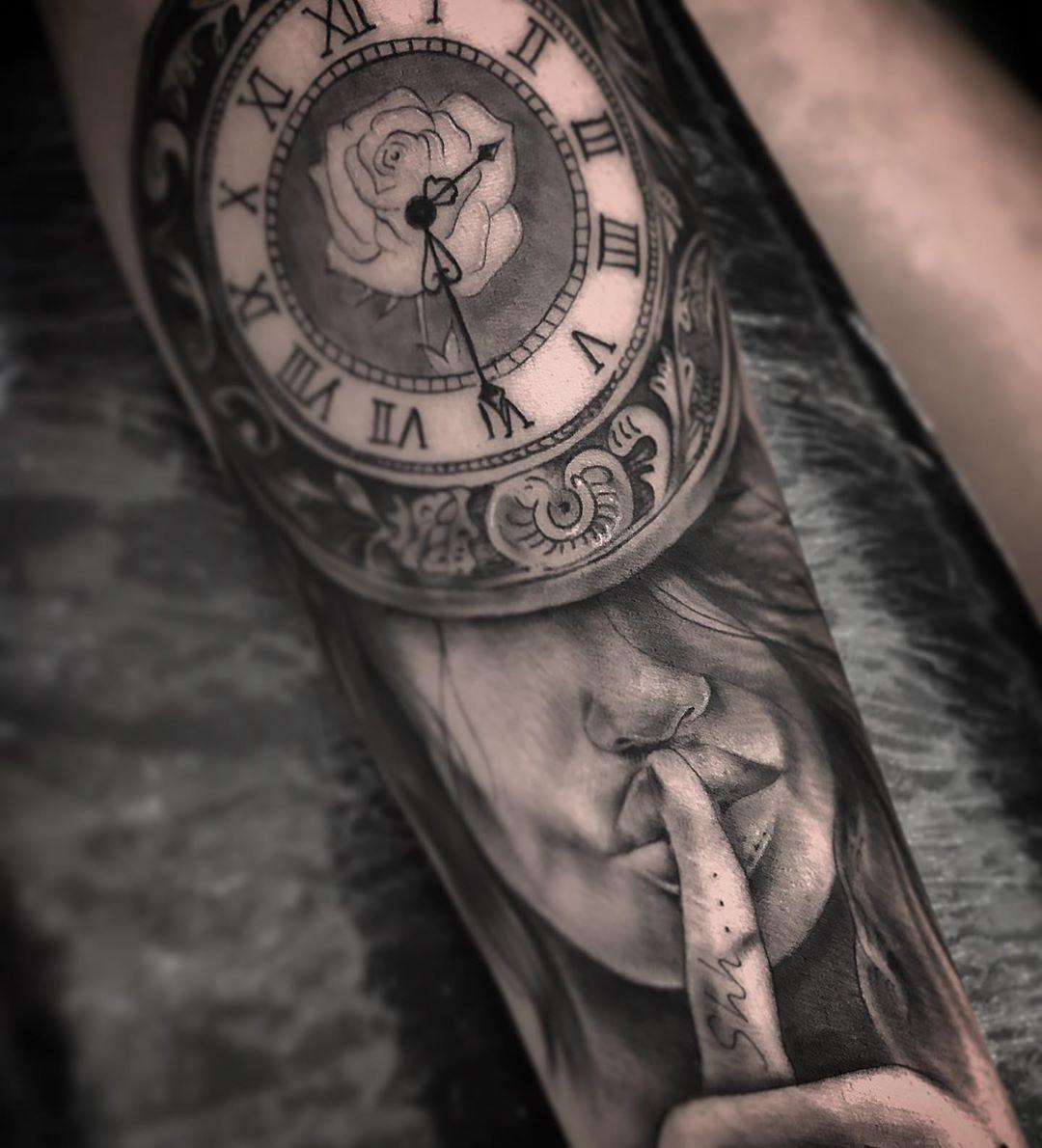 26-tainstvennaja-tatuirovka-s-devushkoj-i-chasami.jpg
