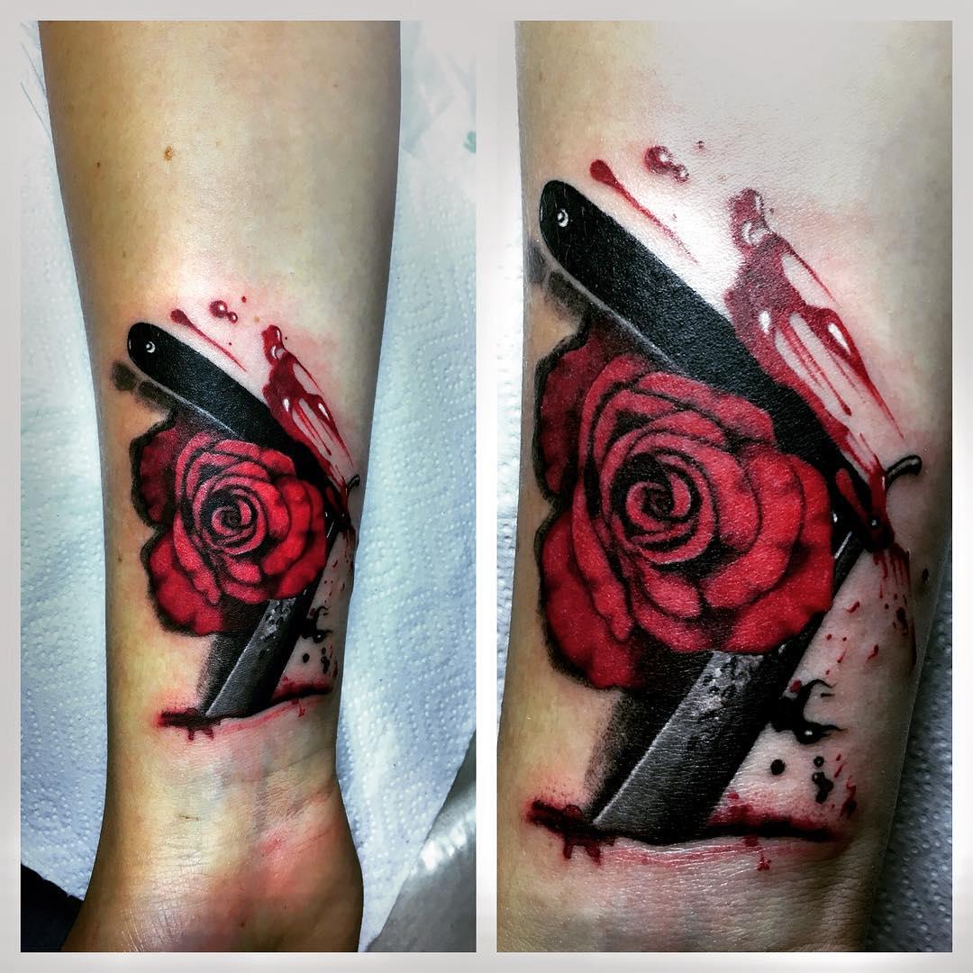 Яркая Красная Тату Роза Лезвие и Кровь