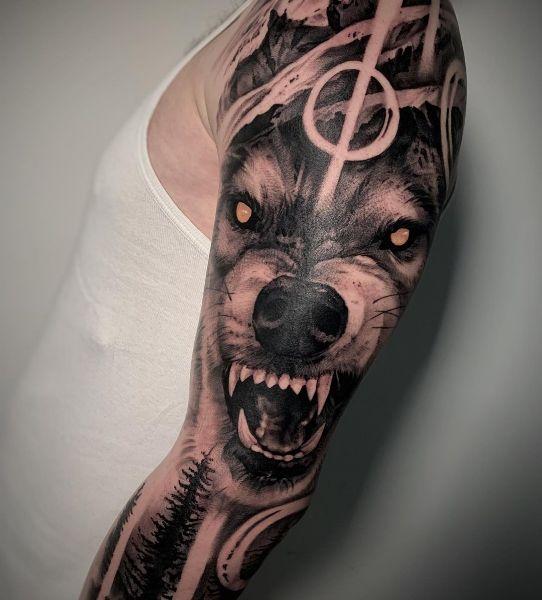 Тату Оскал Волка на Мужском Плече