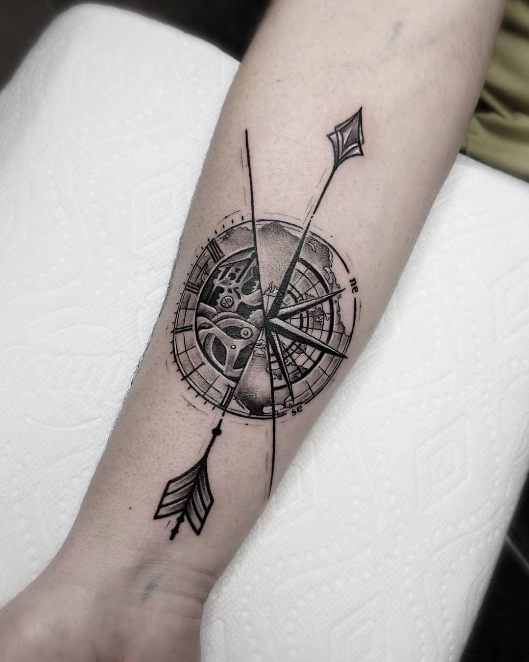Татуировка Часы и Роза Ветров на Руке