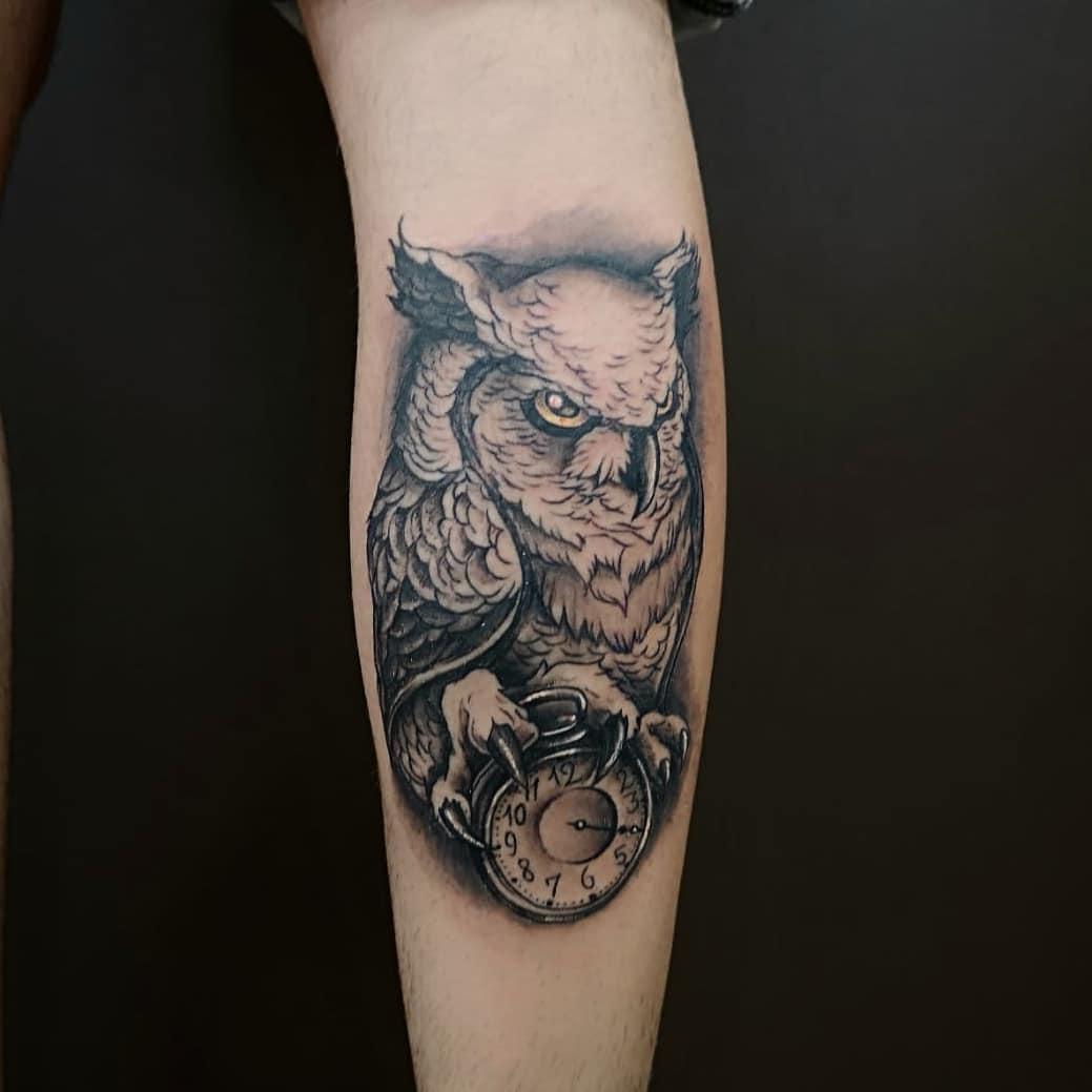 Татуировка Сова с Часами на Руке