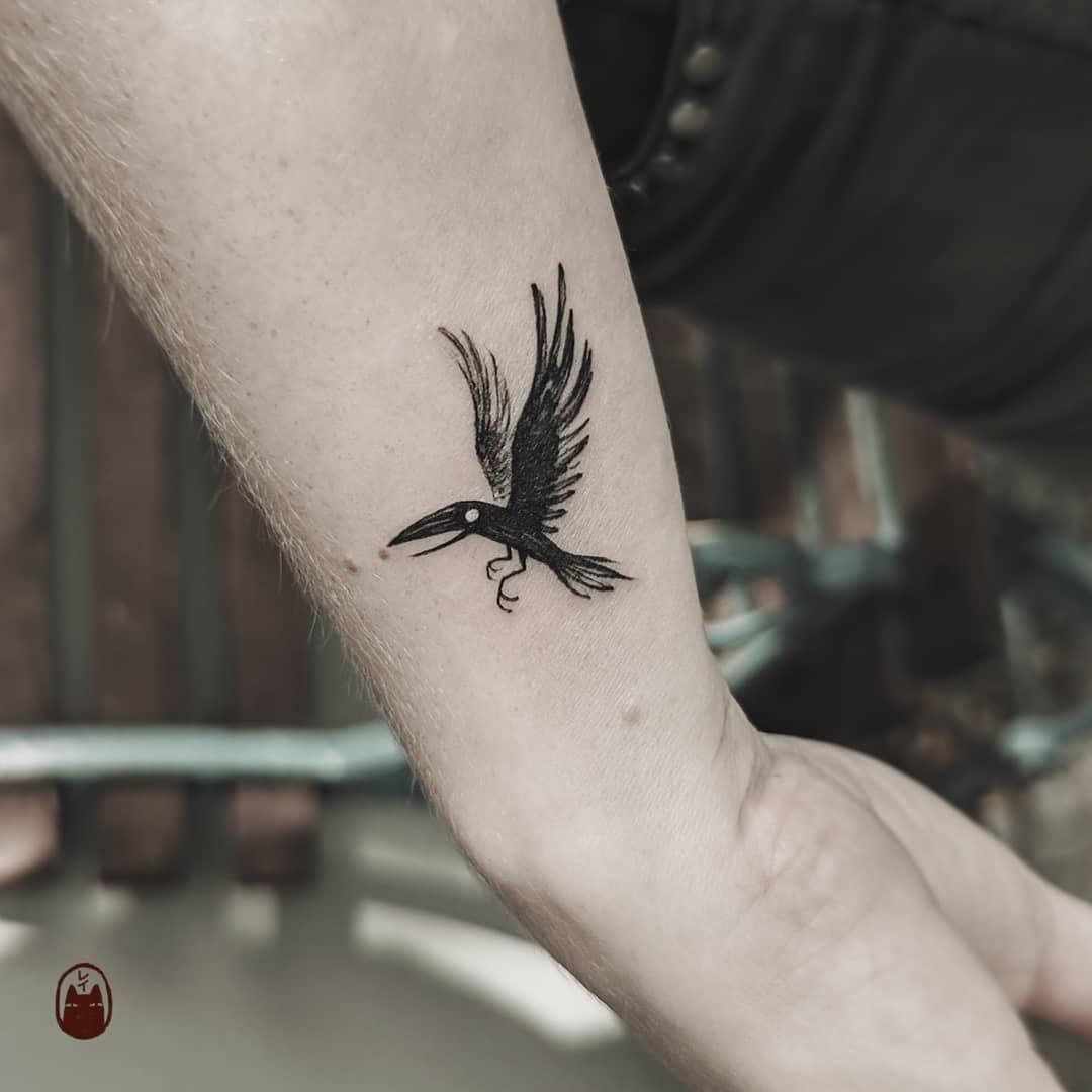 Маленький Черный Ворон на Руке