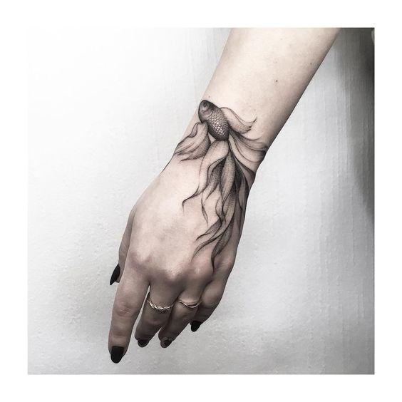 Татуировка Черно-Белой Рыбки на Руке