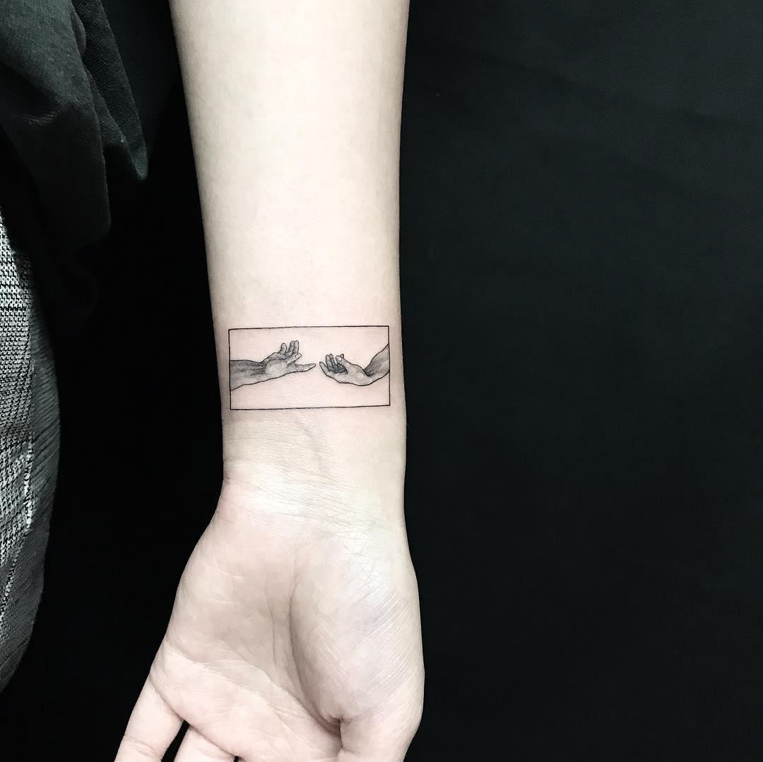 Татуировка Соприкасающихся Рук для Девушек