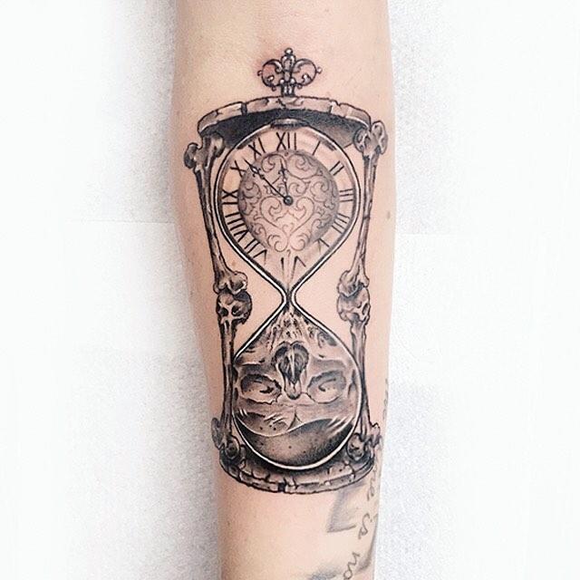 Тату Песочные Часы с Циферблатом и Черепом на Руке