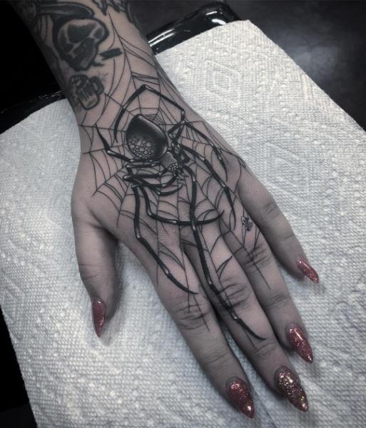 Женская Татуировка Паук на Кисти