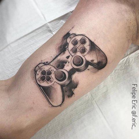 Игровая тату геймпад (джойстик) на бицепсе