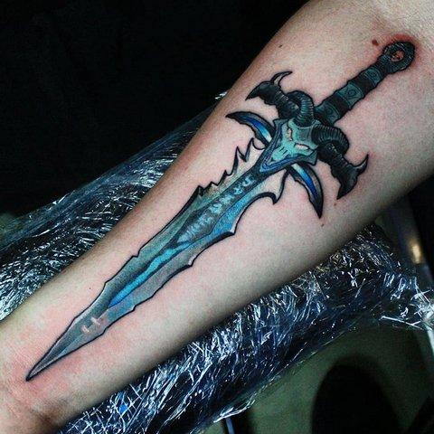 Игровая тату Варкрафт (Warcraft) меч короля Лича на руке