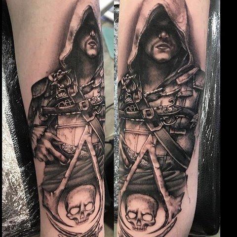 Игровая тату Assasins Creed Black Flag на руке