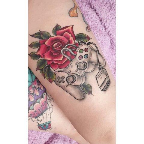 Игровая тату геймпад с розой на ноге