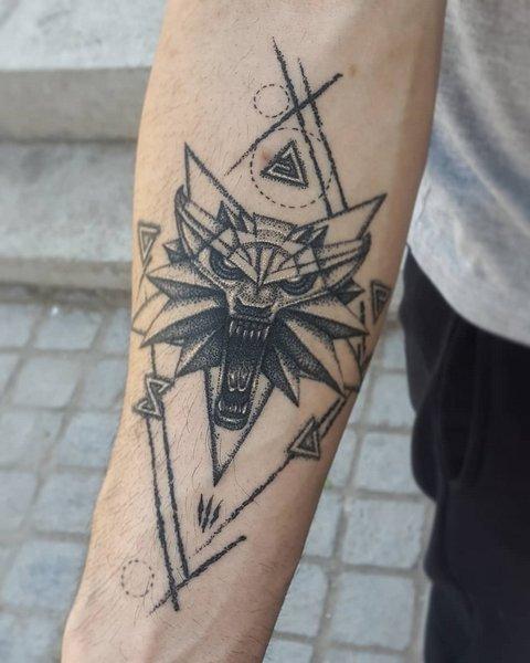 Игровая тату медальйон ведьмака на предплечье