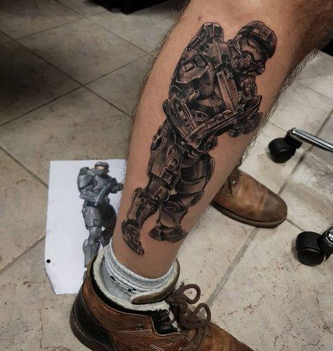 Игровая тату Hallo на ноге
