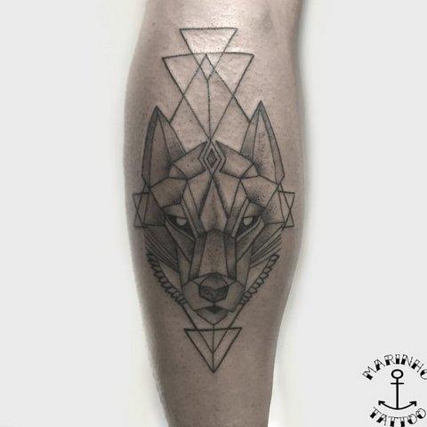 Мужская тату волк в стиле геометрия