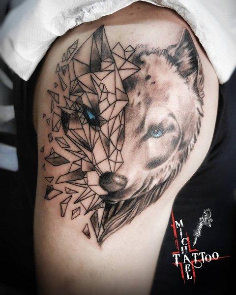 Мужская тату волк в стиле геометрия на плече