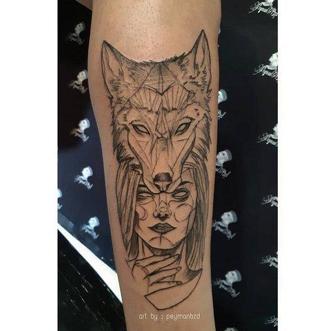Мужская тату волк и девушка на руке