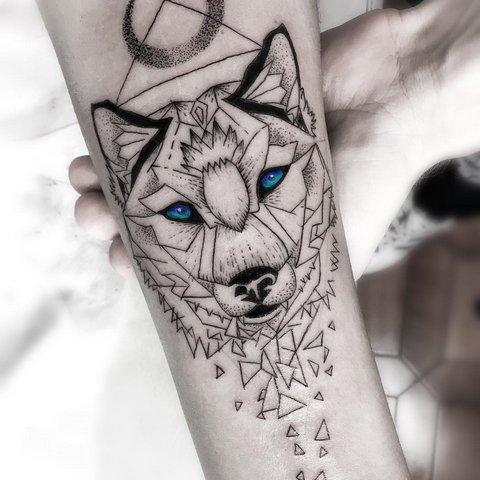 Мужская тату волк в стиле геометрия на предплечье