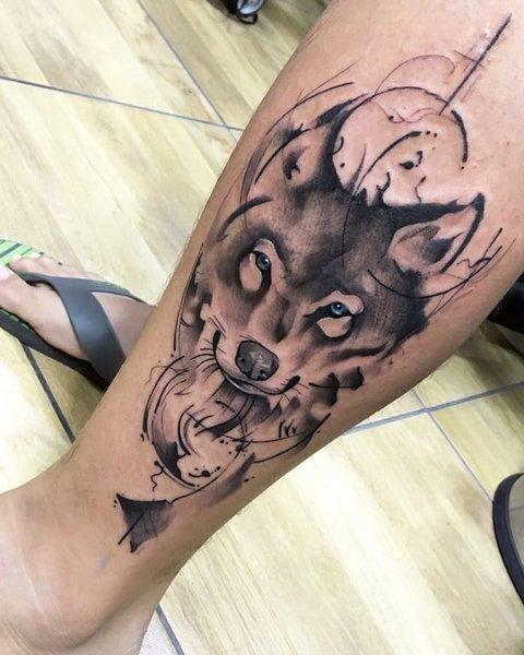 Мужская тату волк на ноге