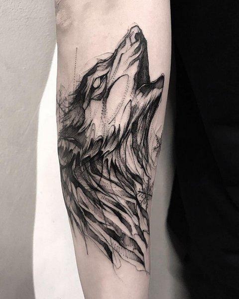 Мужская тату воющий волк на руке