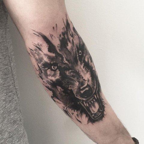 Мужская тату волк с оскалом на руке