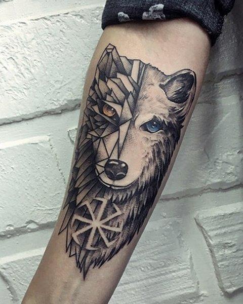 Мужская тату волк геометрия на руке