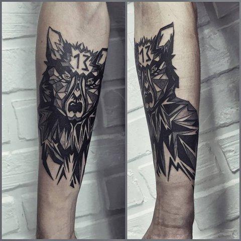 Мужская тату волк с цифрой 13 на руке
