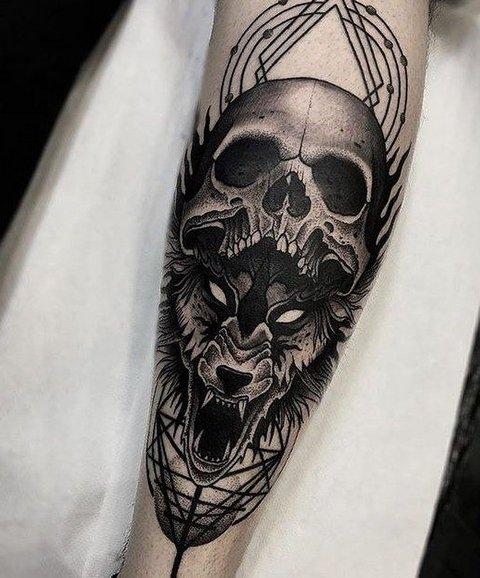 Мужская тату волк и череп на руке