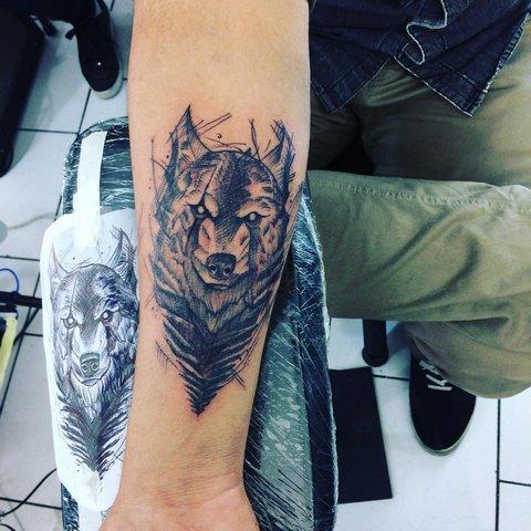 Мужская тату волк на предплечье