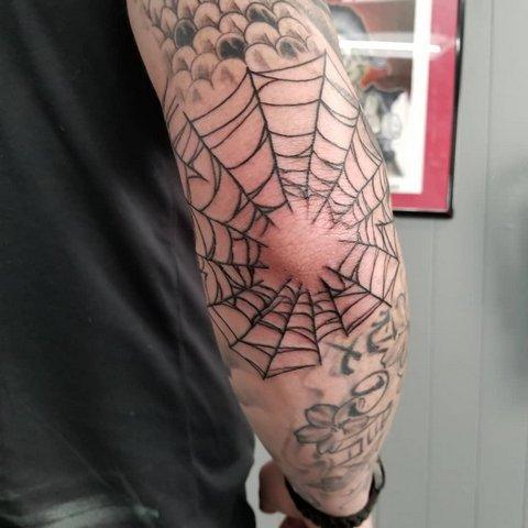 Тату паутина на локте