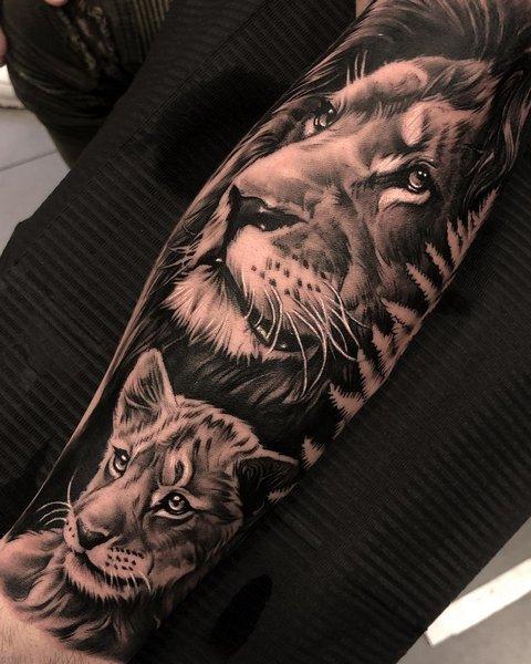 Татуировка льва и львицы на руке