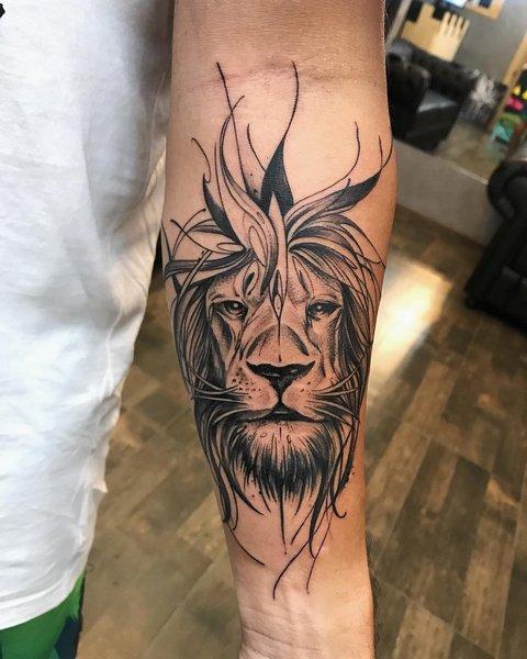 Тату лев на предплечье