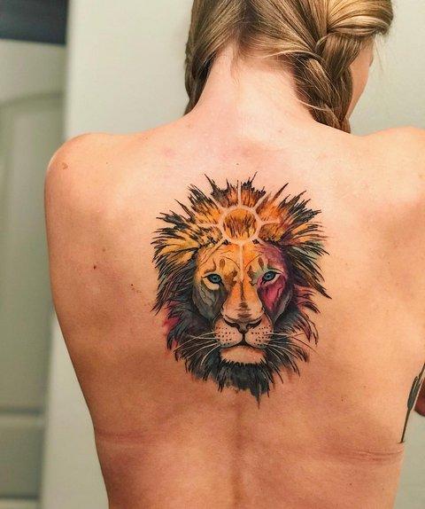 Цветная тату льва на спине