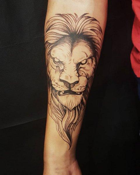 Скалящийся лев на руке