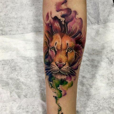 Цветная татуировка льва на руке