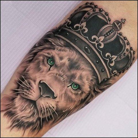 Тату лев с короной на руке