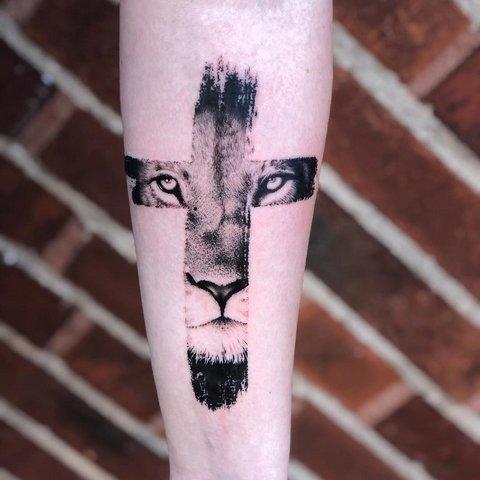 Тату лев в кресте на руке