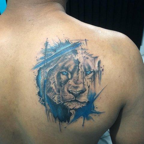 Татуировка льва на лопатке