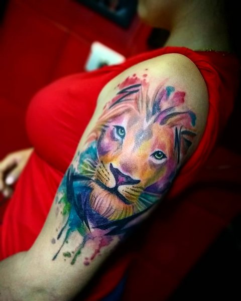 Цветная тату льва на руке у девушки