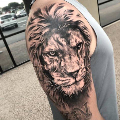 Реалистична татуировка льва на плече