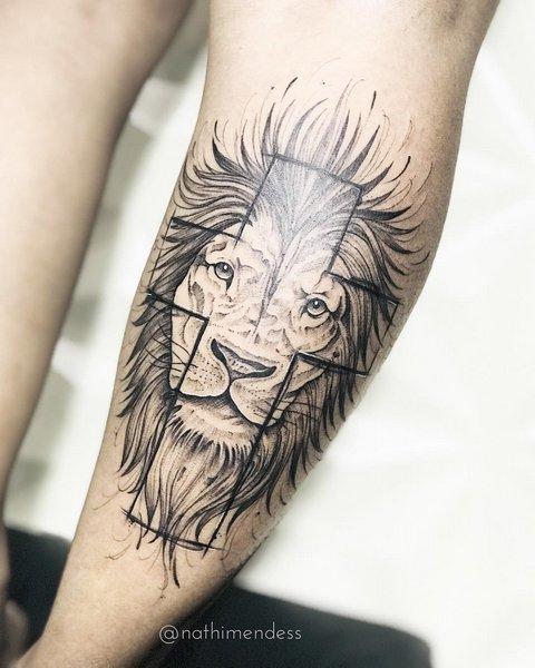 Тату лев с крестом на руке
