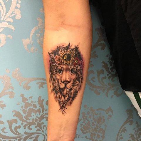 Татуировка льва на руке