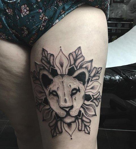 Татуировка льва на ноге женская
