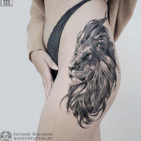 Тату лев с пышной гривой на женской ноге